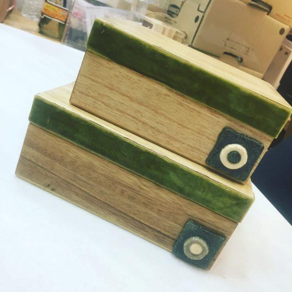 Ξυλινα διακοσμητικά κουτιά με βελούδινη κορδέλα και τετράγωνο μάτι.