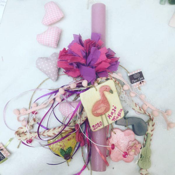 ροζ πασχαλινή λαμπάδα με φλαμίγκο και μουσικά όργανα.