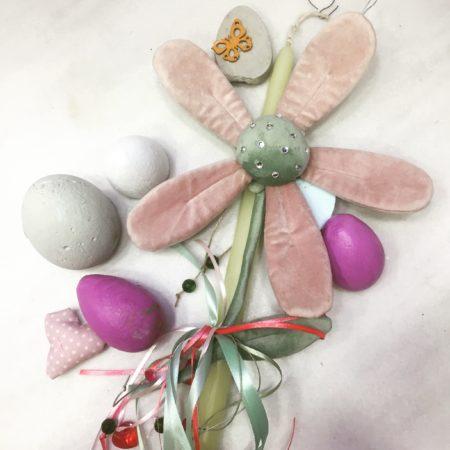 Πασχαλινή λαμπάδα με βελούδινο λουλούδι.
