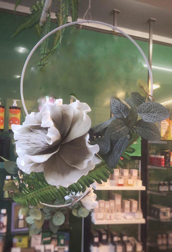 Ανοιξιάτικη διακόσμηση βιτρίνας, συρμάτινο στεφάνι.