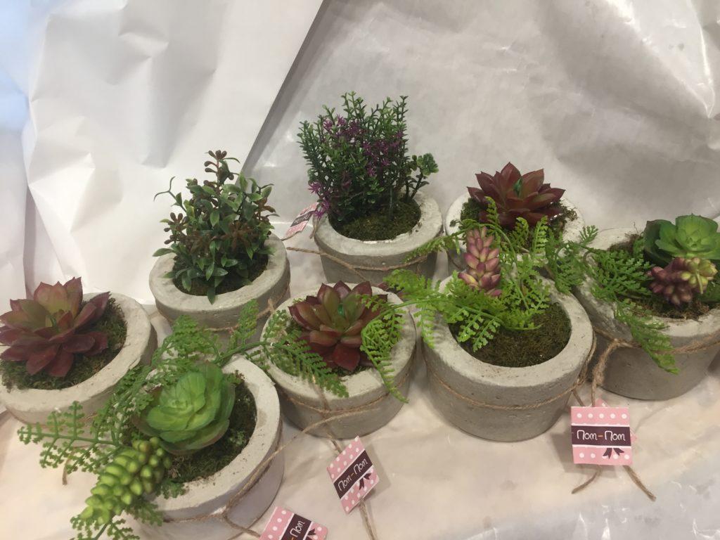 τσιμεντένια χειροποίητα γλαστράκια με τεχνιτά φυτά.
