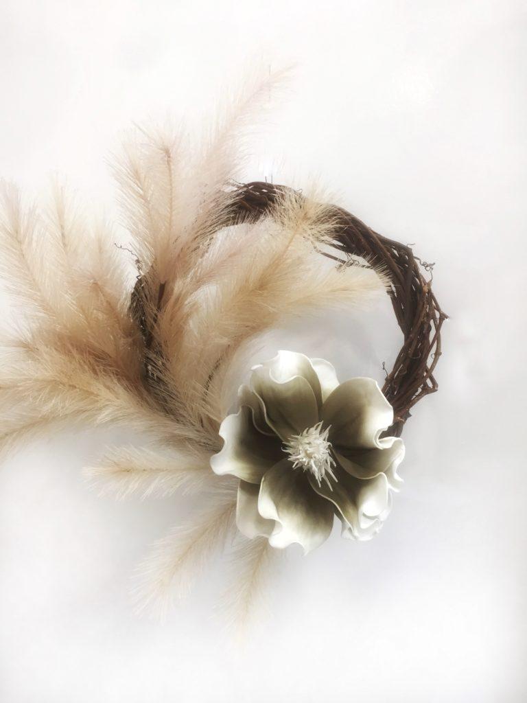Ξύλινο διακοσμητικό στεφάνι με λουλούδια.