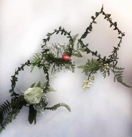 Συρμάτινο, μεταλλικό στεφάνι με υφασμάτινα λουλούδια, Πρωτομαγιάς.