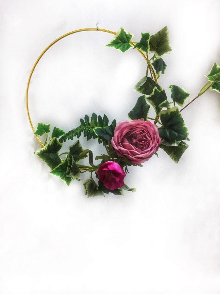 Συρμάτινο, μεταλλικό χρυσό στεφάνι με υφασμάτινα λουλούδια, Πρωτομαγιάς.