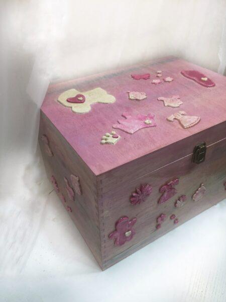 Ξύλινο κουτί δώρο για νεογέννητο.