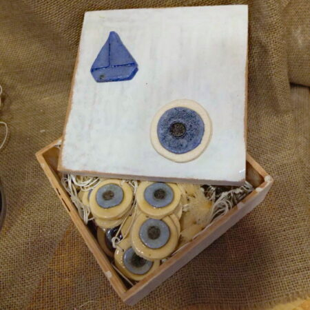 Ξύλινο κουτί για τα μαρτυρικά.