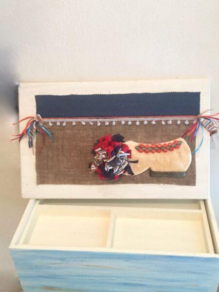 Χειροποίητο σετ βάπτισης, χειροποίητο ξύλινο κουτί με θέμα τον τσολιά.