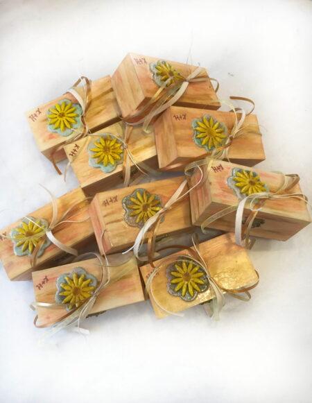 Χειροποίητο ξύλινο κουτι μπομπονιέρα για γάμο με ηλιοτρόπιο.