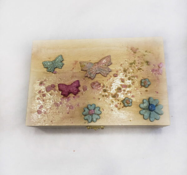 Ξύλινο κουτί με πεταλούδες και λουλούδια