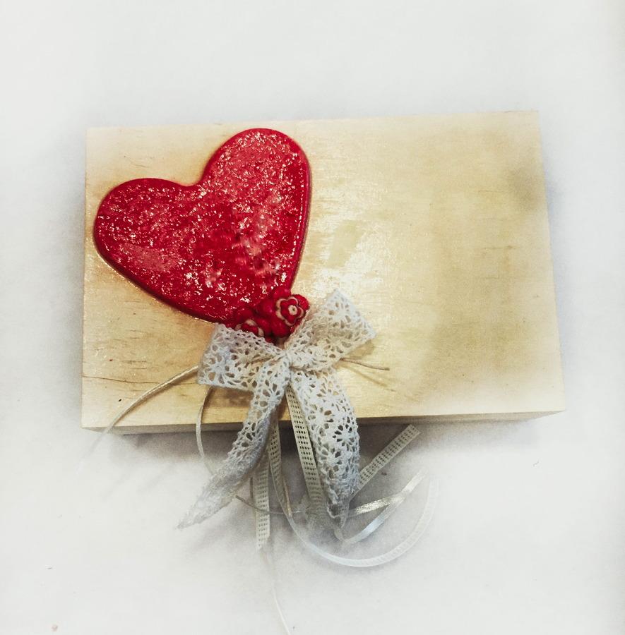 Ξύλινο κουτί με χειροποίητη κόκκινη καρδιά.
