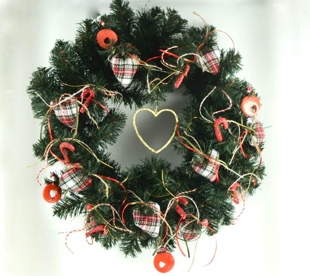 Χριστουγεννιάτικο στεφάνι για την πόρτα ή το τζάκι με καρδιές καρό.