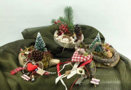 Χριστουγεννιάτικη διακόσμηση από κορμούς και τσιμεντένια βάση.