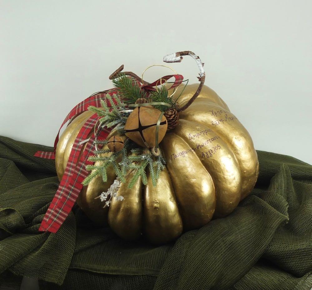 Χριστουγεννιάτικη διακόσμηση με κολοκύθα.