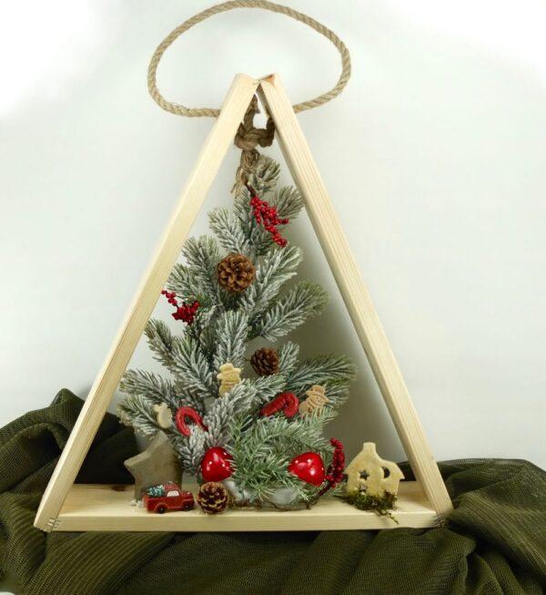 Χριστουγεννιάτικο δέντρο με στολίδια.