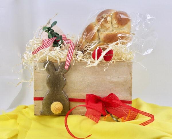 Ξύλινο κουτί δώρου για πασχαλινή διακόσμηση.