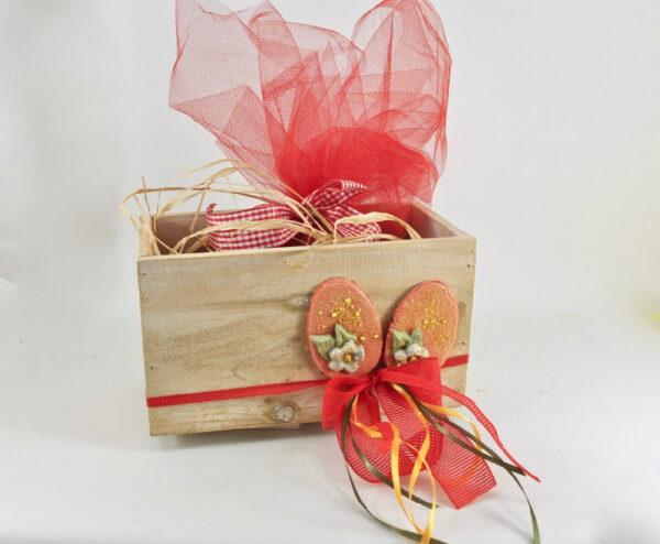 Ξύλινο κουτί με πασχαλινή διακόσμηση.