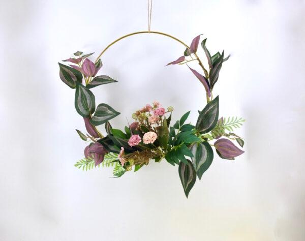 Συρμάτινο στεφάνι με λουλούδια.
